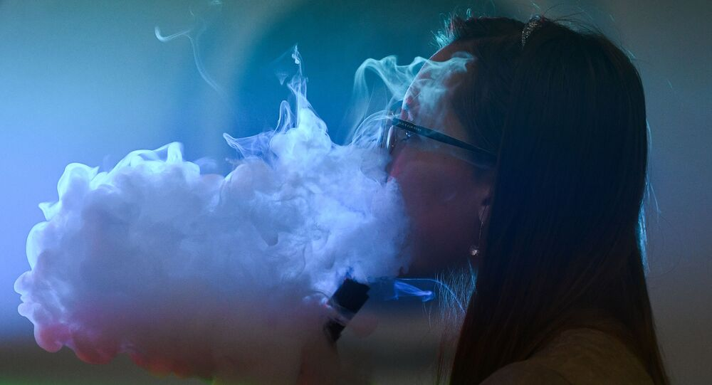Ragazza fuma al festival Global vape - 2017
