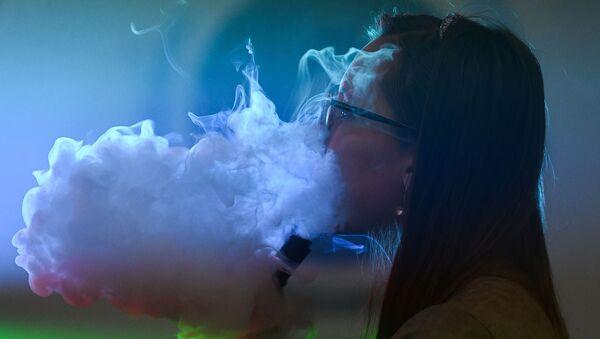 Ragazza fuma al festival Global vape - 2017 - Sputnik Italia