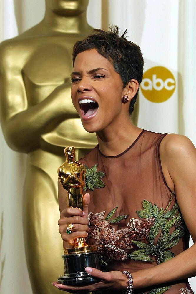 Halle Berry, la prima attrice afro-americana a vincere l'Oscar come Migliore attrice protagonista per il film Monster's Ball: l'ombra della vita, alla 74a cerimonia degli Academy Awards 2002.