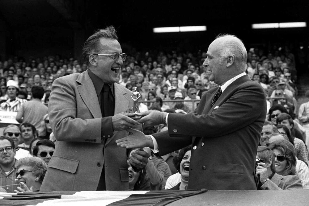 L'attre Geroge C. Scott è stato il primo attore a rifiutare l'Oscar. Però Charles Finley (a destra) ha deciso di assegnare il premio all'attore prima di una partita del American League playoff.