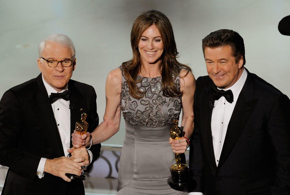 La regista Kathryn Bigelow è stata la prima donna a vincere il premio come migliore regista. Nella foto si vedono l'attore Steve Martin, la regista Kathryn Bigelow e l'attore Alec Baldwin che assistono all'82a edizione degli Oscar in cui la Bigelow ha vinto il premio per il film The Hurt Locker.