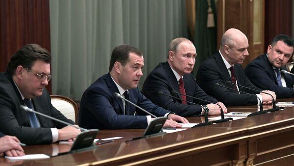 Il presidente Putin incontra i membri del governo - Sputnik Italia