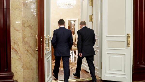 Le dimissioni del governo russo: Putin e Medvedev dopo la riunione con i ministri - Sputnik Italia
