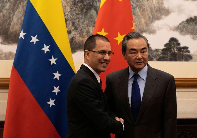 Il ministro degli Esteri del Venezuela, Jorge Arreaza, con il suo omologo cinese, Wang Yi