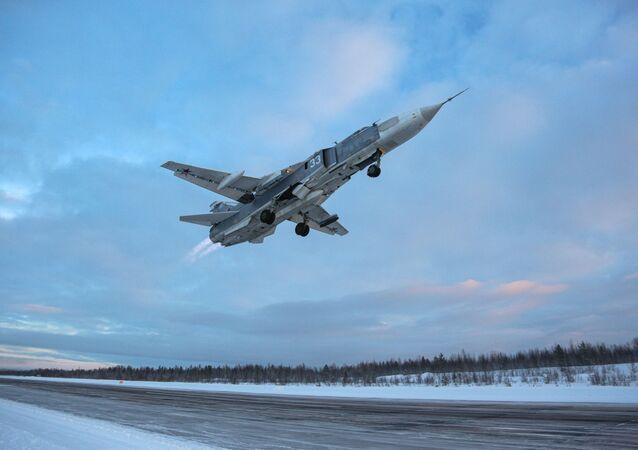 Il cacciabombardiere Su-24 durante un volo di addestramento nella regione russa di Murmansk.