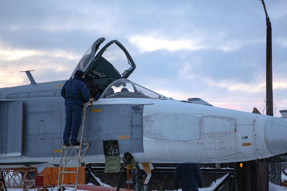 Un cacciabombardiere Su-24 si prepara a un volo di addestramento nella regione russa di Murmansk.