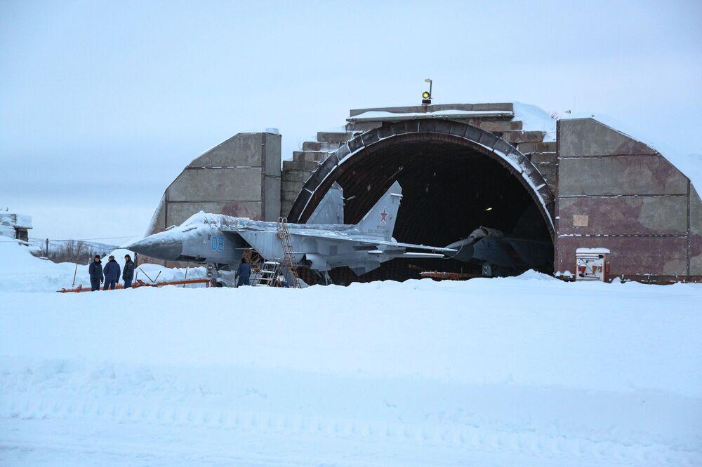 I cacciabombardieri Su-24 si preparano a un volo di addestramento nella regione russa di Murmansk.