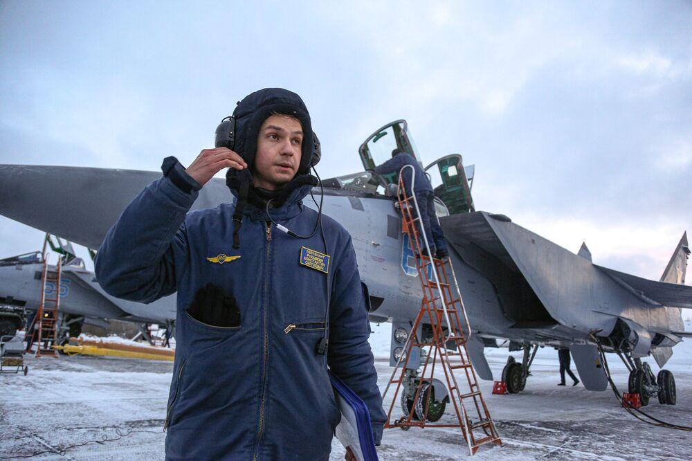 Squadriglie di Su-24 e Mig-31 russi compiono un volo di addestramento