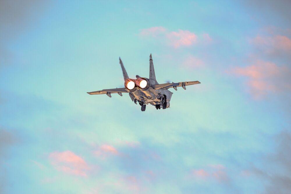 Un intercettore Mig-31 durante il volo di addestramento nella regione russa di Murmansk.