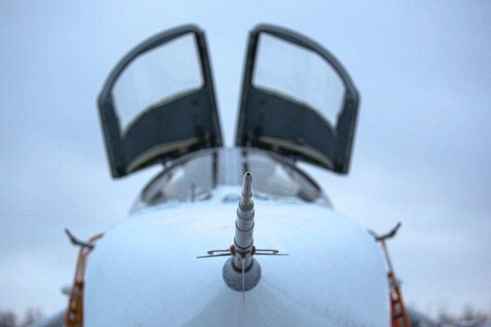 Un cacciabombardiere Su-24 durante un volo di addestramento nella regione russa di Murmansk.