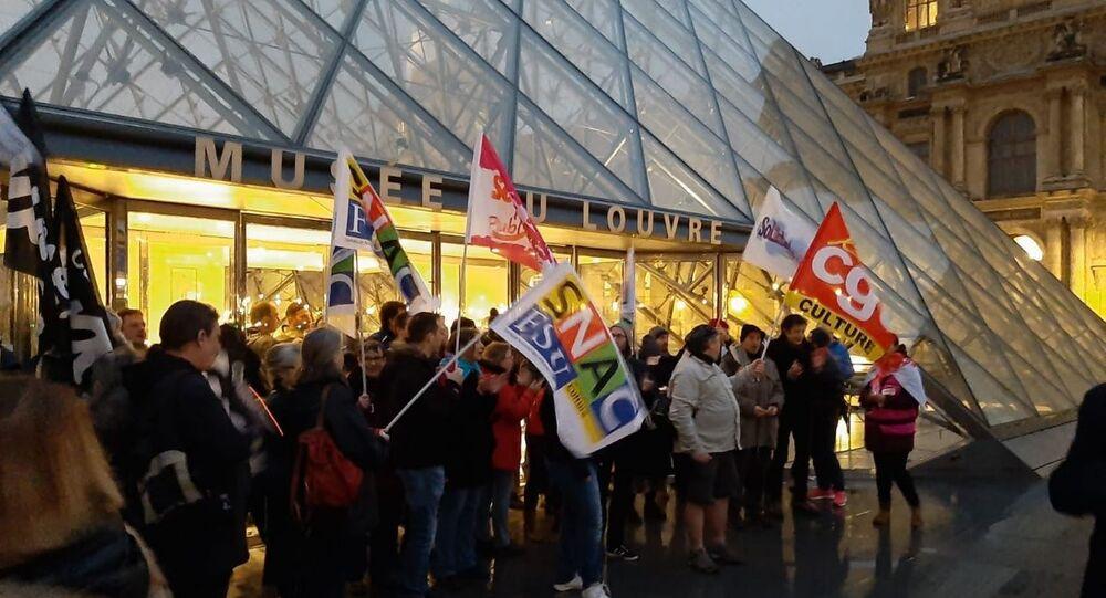 Pensioni, in Francia i manifestanti bloccano il museo del Louvre