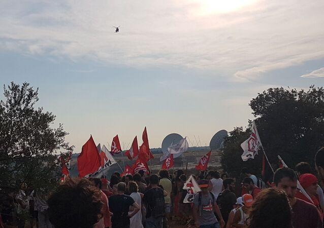 Attivisti del movimento No Muos nelle installazioni delle antenne USA a Niscemi
