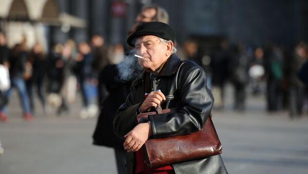 Un fumatore in piazza Duomo a Milano - Sputnik Italia