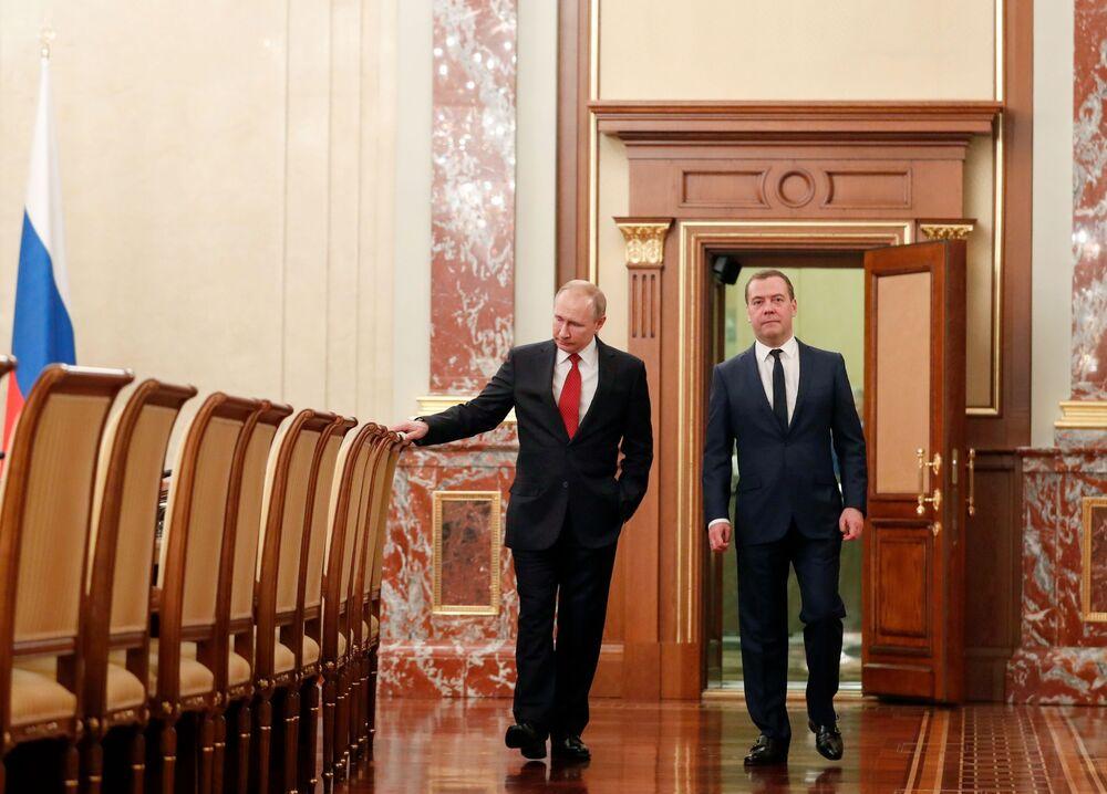 Il presidente russo Vladimir Putin e l'ex primo ministro russo Dmitry Medvedev prima di incontrarsi con i membri del governo russo il 15 gennaio