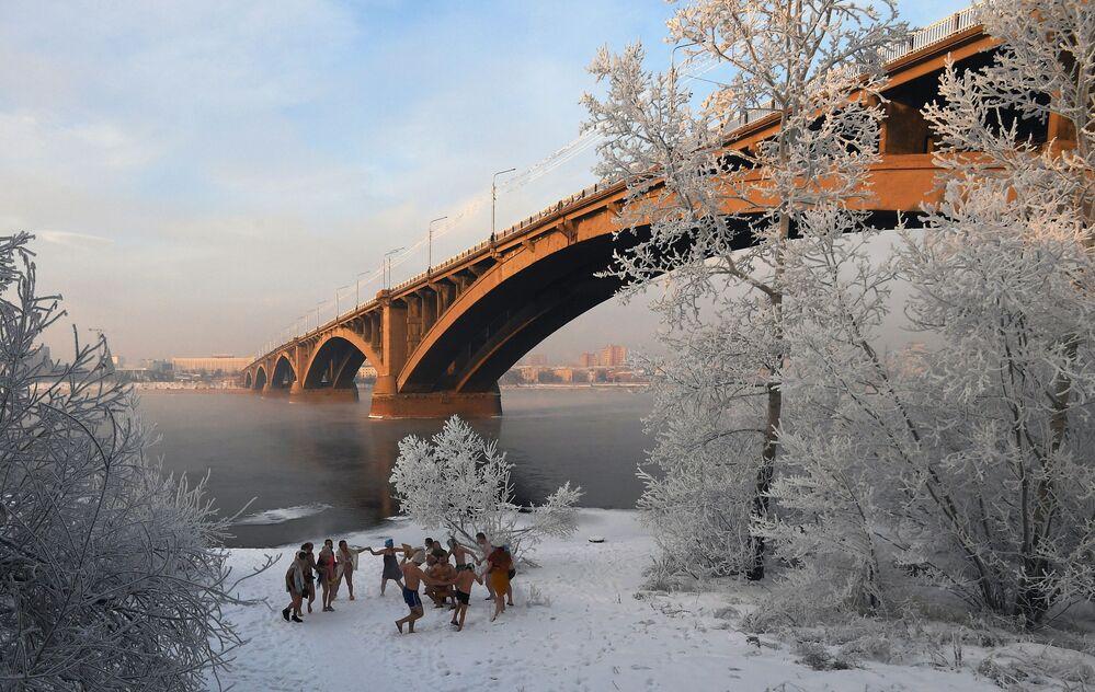 Gente balla sulla sponda del fiume Yenisei a Krasnoyarsk, Russia. Nelle regioni meridionali e centrali del territorio di Krasnoyarsk, la temperatura dell'aria scende al di  sotto dei -30 gradi per diversi giorni in inverno