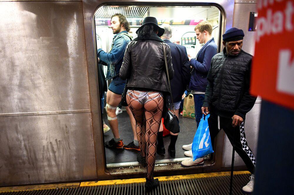 I partecipanti alla diciannovesima edizione del flash mob annuale No Pants Subway Ride in metro il 12 gennaio 2020 a New York