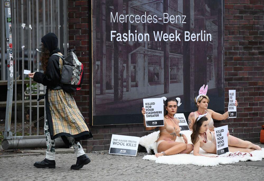 Gli attivisti della PETA (People for the Ethical Treatment of Animals) protestano con cartelli con lo slogan: La nuda verità: la lana uccide durante la settimana della moda di Berlino, Germania, il 14 gennaio 2020