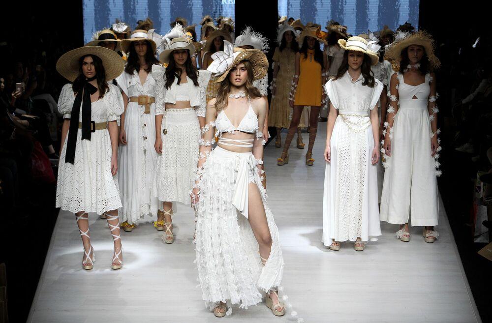 Modelle sfilano con la collezione primavera-estate Atenas della stilista Reina Diaz, durante la seconda giornata della 72a edizione Intermoda a Guadalajara, Messico, il 15 gennaio 2020