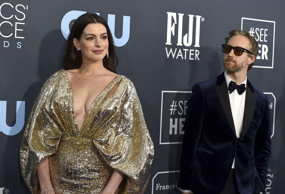 L'attrice Anne Hathaway e l'attore Adam Shulman arrivano al 25° premio annuale Critics' Choice, il 12 gennaio 2020, California, USA