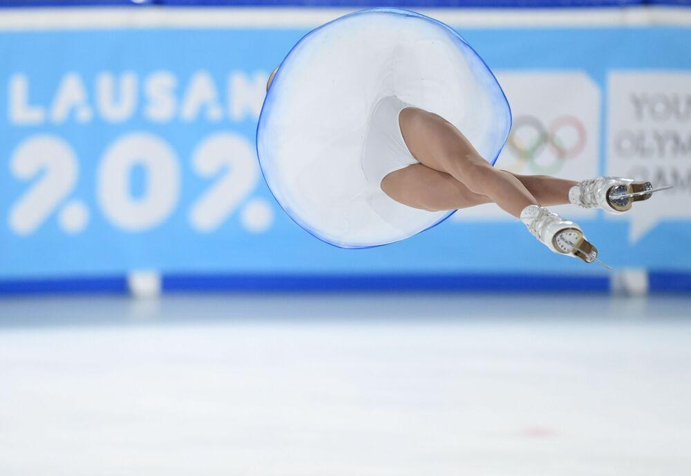 Apollinaria Panfilova con Dmitry Rylov (Russia) eseguono un programma di pattinaggio in coppia ai Giochi olimpici invernali della gioventù 2020