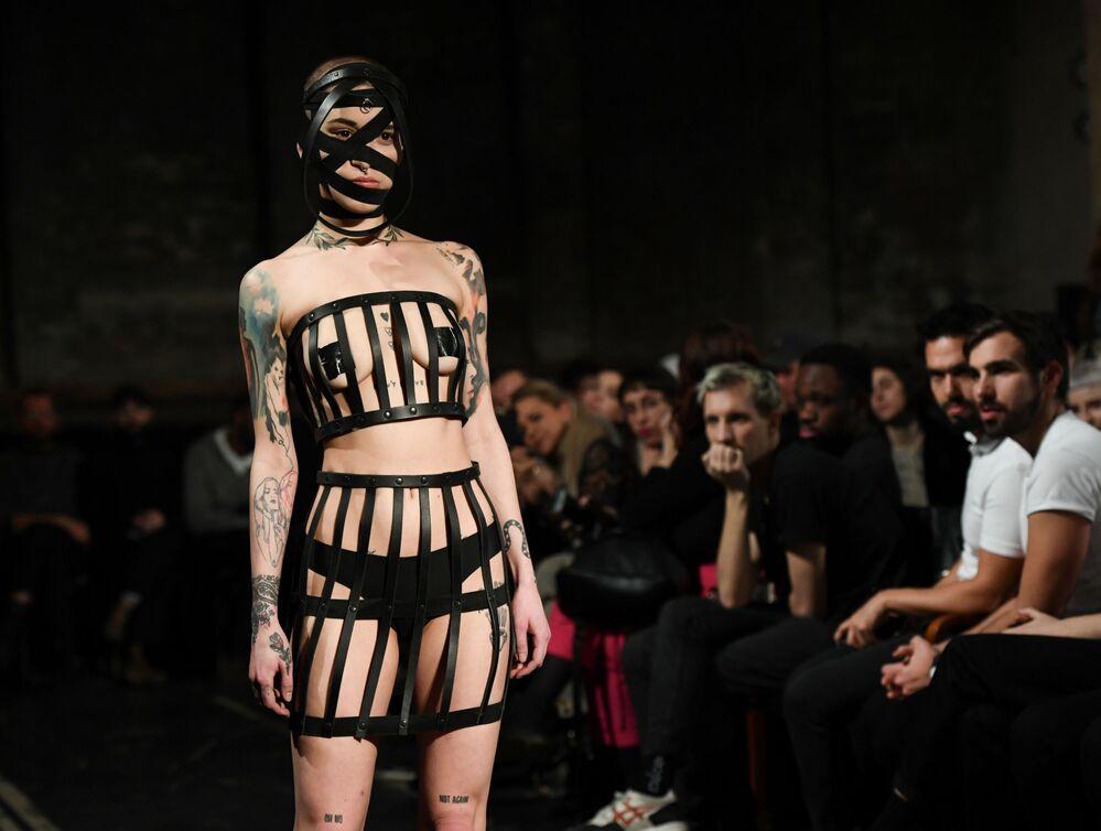 Una modella sfila con una creazione di Obectra durante la settimana della moda di Berlino, Germania, il 15 gennaio 2020