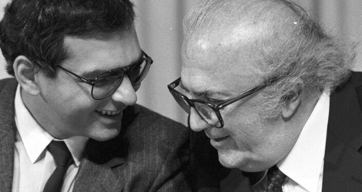 Federico Fellini e il regista e attore sovietico Karen Shahnazarov, 1987