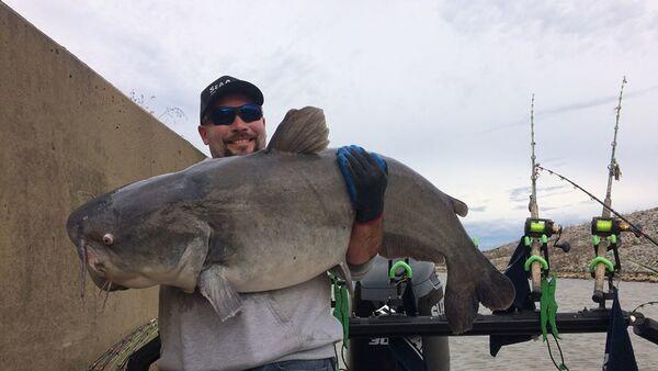 Justin Conner of Culloden ha catturato un pesce gatto blu gigante - Sputnik Italia