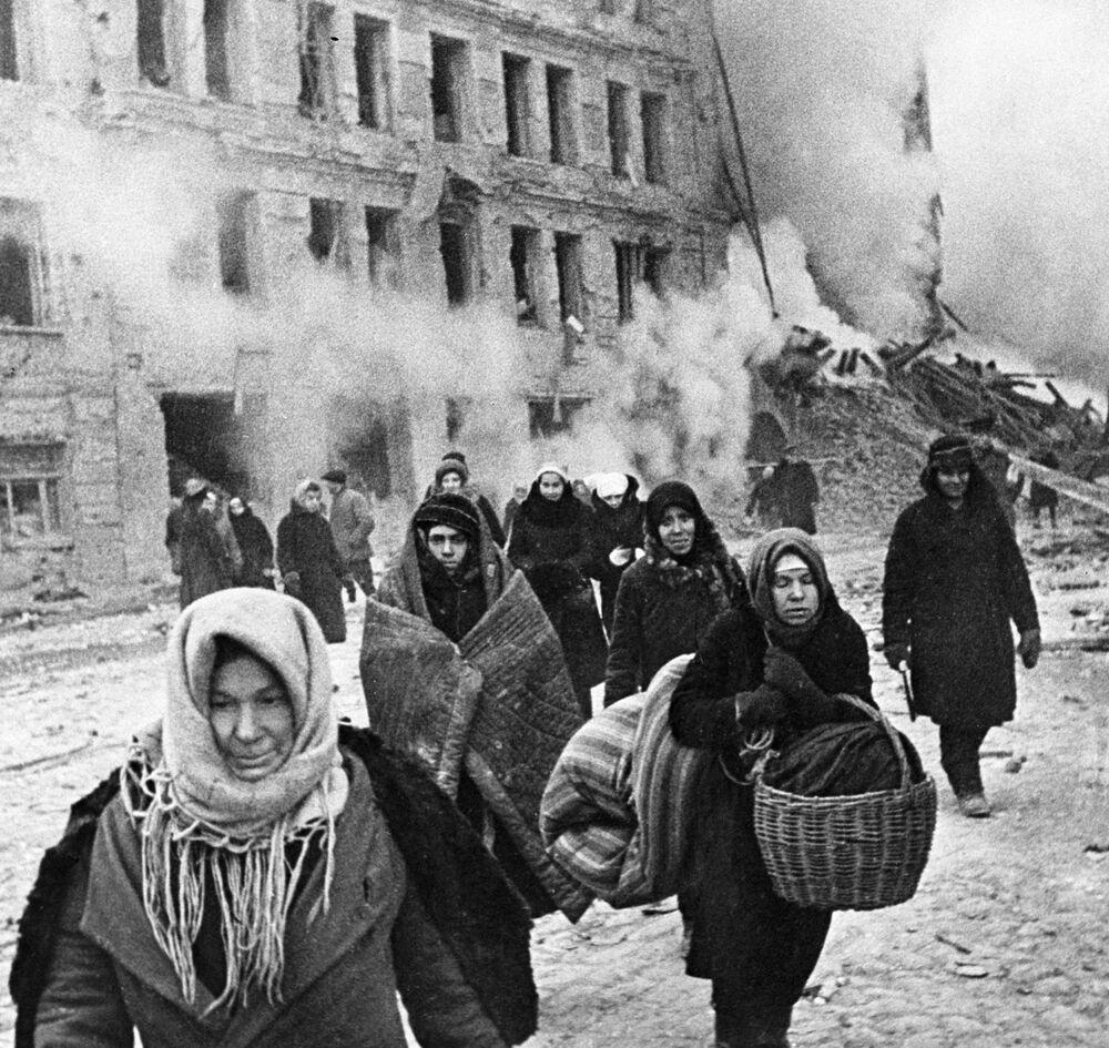 I residenti dell'assedio di Leningrado lasciano un rifugio antiaereo dopo la fine dell'allarme