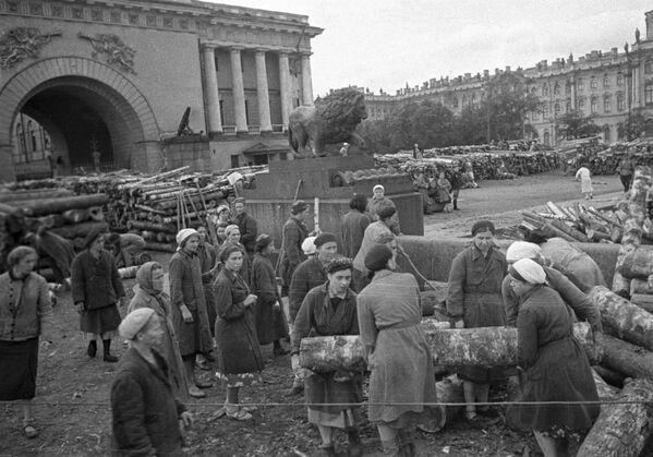 La popolazione civile costruisce fortificazioni per le strade della città durante dell'assedio di Leningrado  - Sputnik Italia