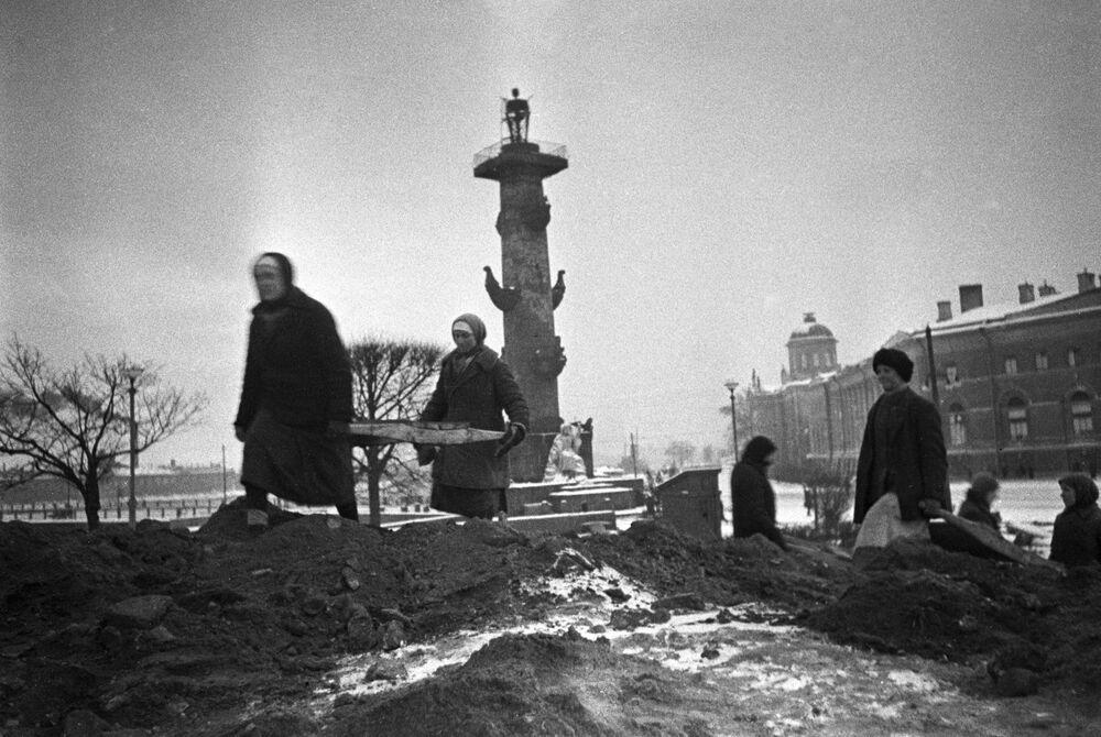 La popolazione civile costruisce fortificazioni per le strade della città durante dell'assedio di Leningrado, 1942