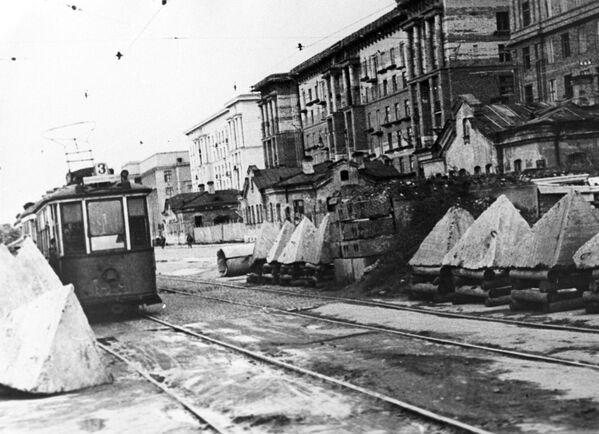 I denti di drago per arrestare l'avanzata di carri armati per le strade di Leningrado assediata, 1944 - Sputnik Italia