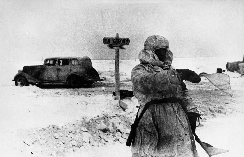 Un vigile sulla Strada della Vita, una via ghiacciata lungo il lago Ladoga che durante la Seconda guerra mondiale metteva in comunicazione Leningrado assediata con il resto della Russia.