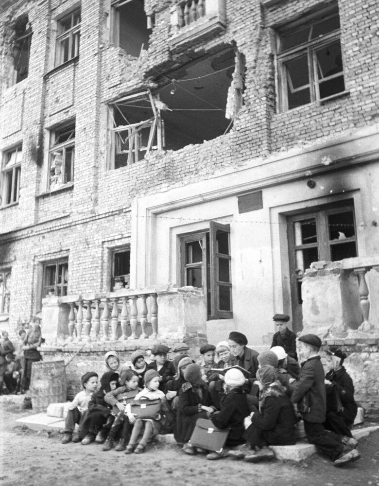 Una lezione sul portico di una scuola distrutta dai bombardamenti tedeschi, 1 ottobre 1943