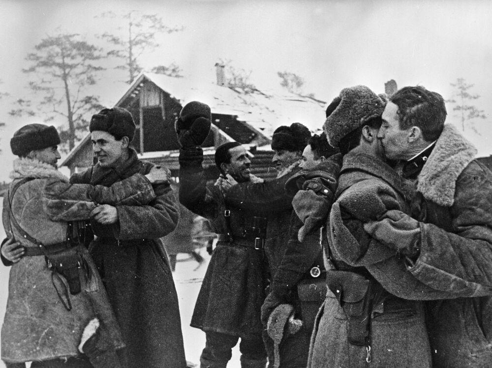 Incontro dei combattenti dei fronti di Leningrado e Volkhov dopo la fine dell'assedio, il 18 gennaio 1943
