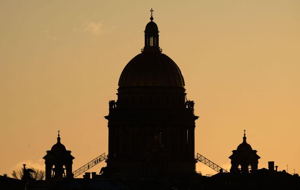 Una vista sulla Cattedrale di Sant'Isacco di sera.
