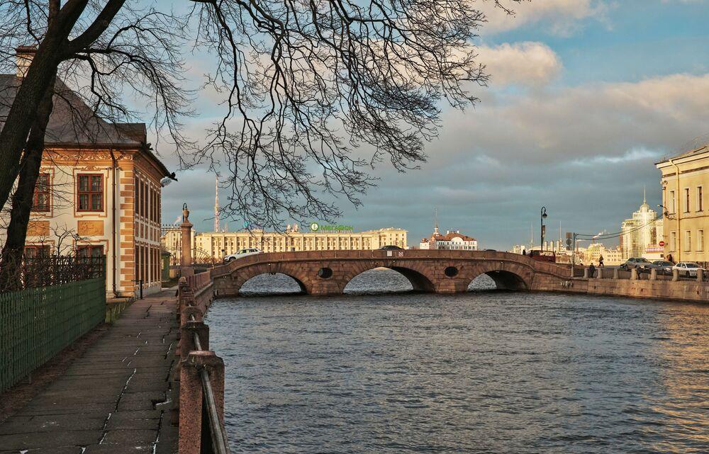 Il ponte Pracechnyy visto dal lungofiume della Fontanka.