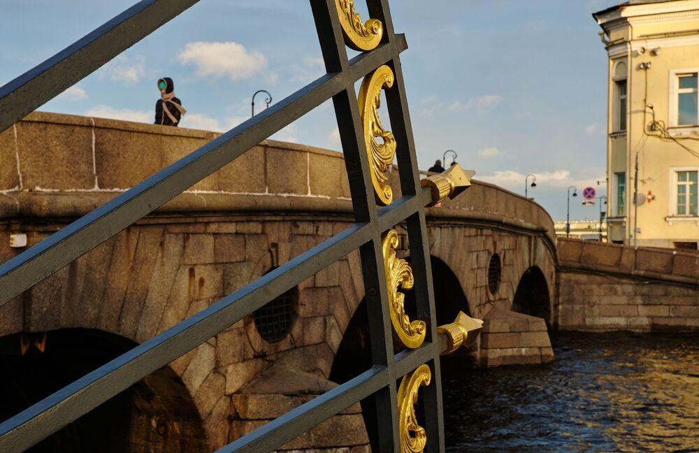 Un pezzo di recinto del Palazzo d'Estate di Pietro I e il Ponte Prachechny.
