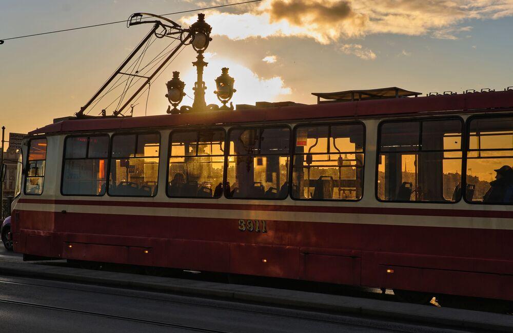 Un tram sul Ponte Troitsky.