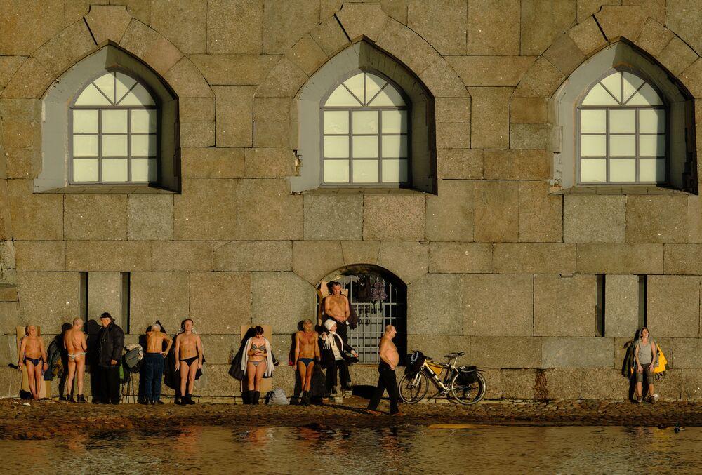 Le persone prendono il sole sulla spiaggia vicino alla Fortezza di Pietro e Paolo.