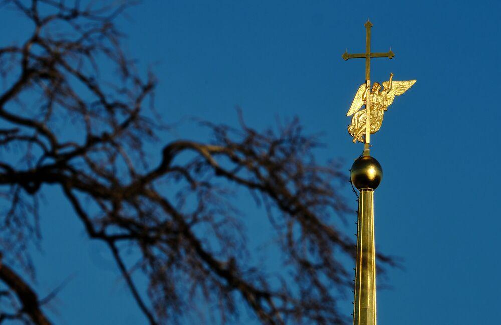 Una figura di angelo sulla cima della Fortezza di Pietro e Paolo.