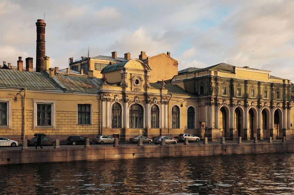 Una vista sul complesso di edifici nel quartiere Solyanoy Gorodok sul fiume Fontanka.