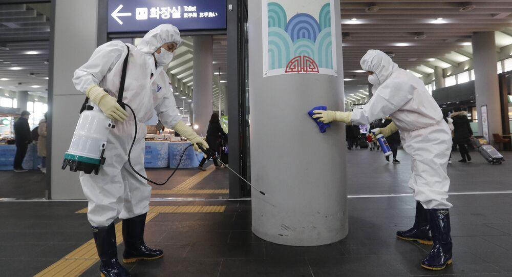 La disinfezione della stazione Suseo a Seoul, Corea del Sud.
