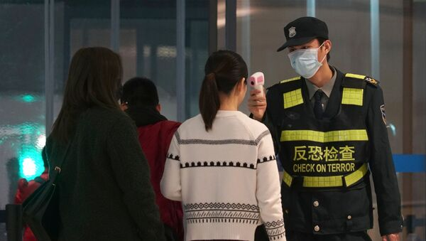 Il controllo dei passeggeri all'aeroporto della città cinese di Wuhan - Sputnik Italia