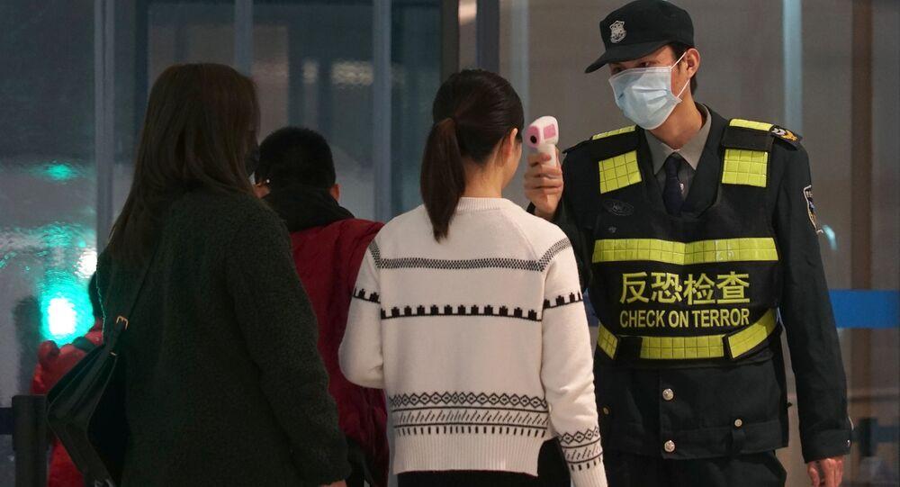 Il controllo dei passeggeri all'aeroporto della città cinese di Wuhan