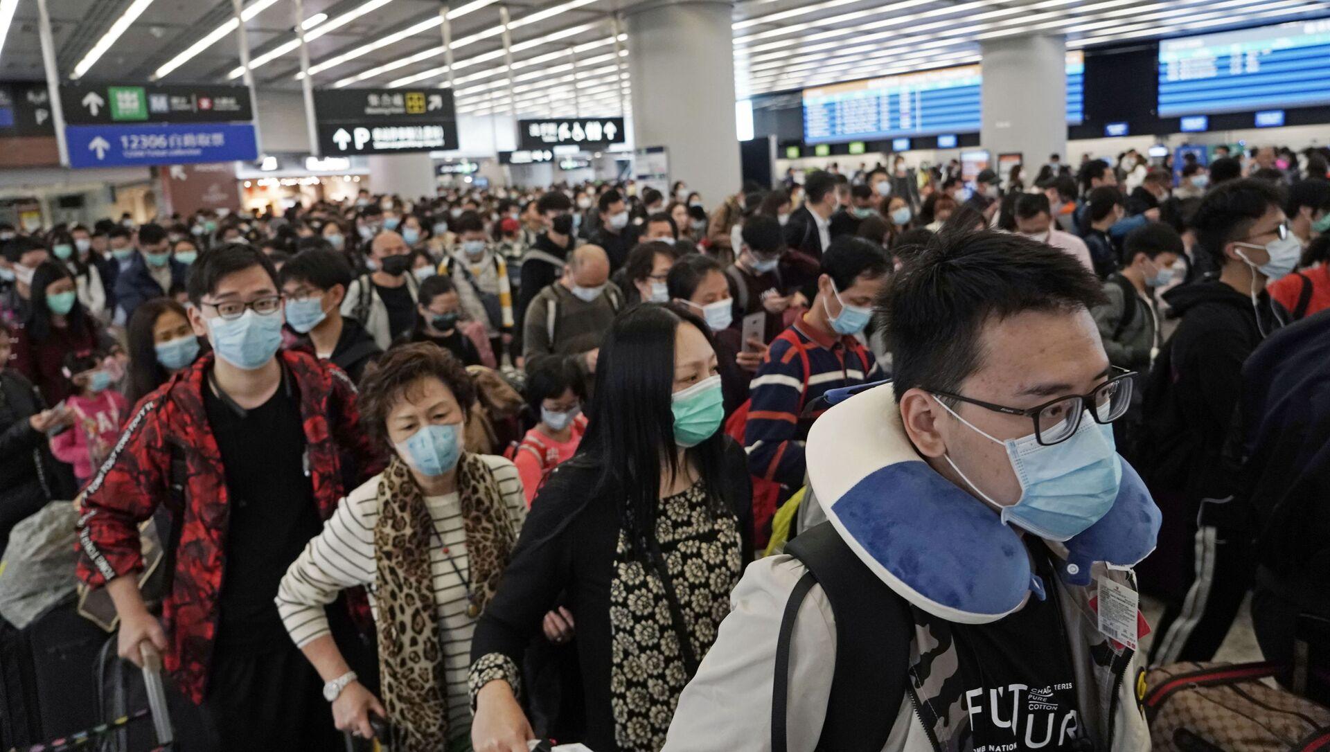 Passeggeri in maschere alla stazione ferroviaria a Hong Kong - Sputnik Italia, 1920, 09.03.2021
