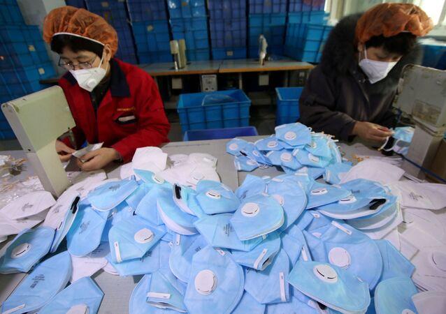 La produzione delle maschere protettive alla fabbrica di Handan, Cina