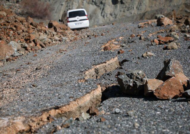 Le frane e il dissestamento del manto stradale dovuti al terremoto non consentono un collegamento agevole dei vari centri abitati nella zona colpita