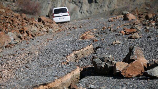 Le frane e il dissestamento del manto stradale dovuti al terremoto non consentono un collegamento agevole dei vari centri abitati nella zona colpita - Sputnik Italia