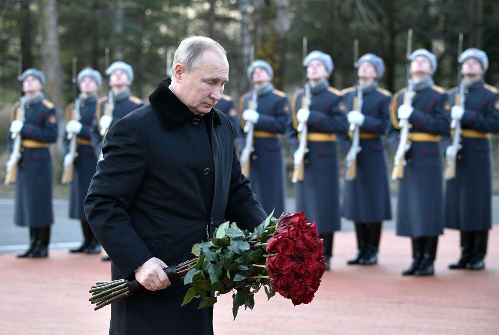 Il presidente russo Vladimir Putin posa i fiori sul monumento Rubezhny Kamen, dedicato ai soldati che combatterono durante la Grande Guerra Patriottica (Seconda Guerra Mondiale) negli anni dell'assedio di San Pietroburgo.