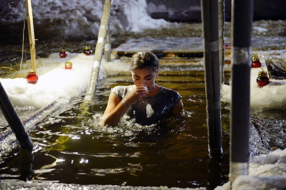 Una ragazza fa un bagno gelato durante l'Epifania ortodossa a Ekaterinburg.